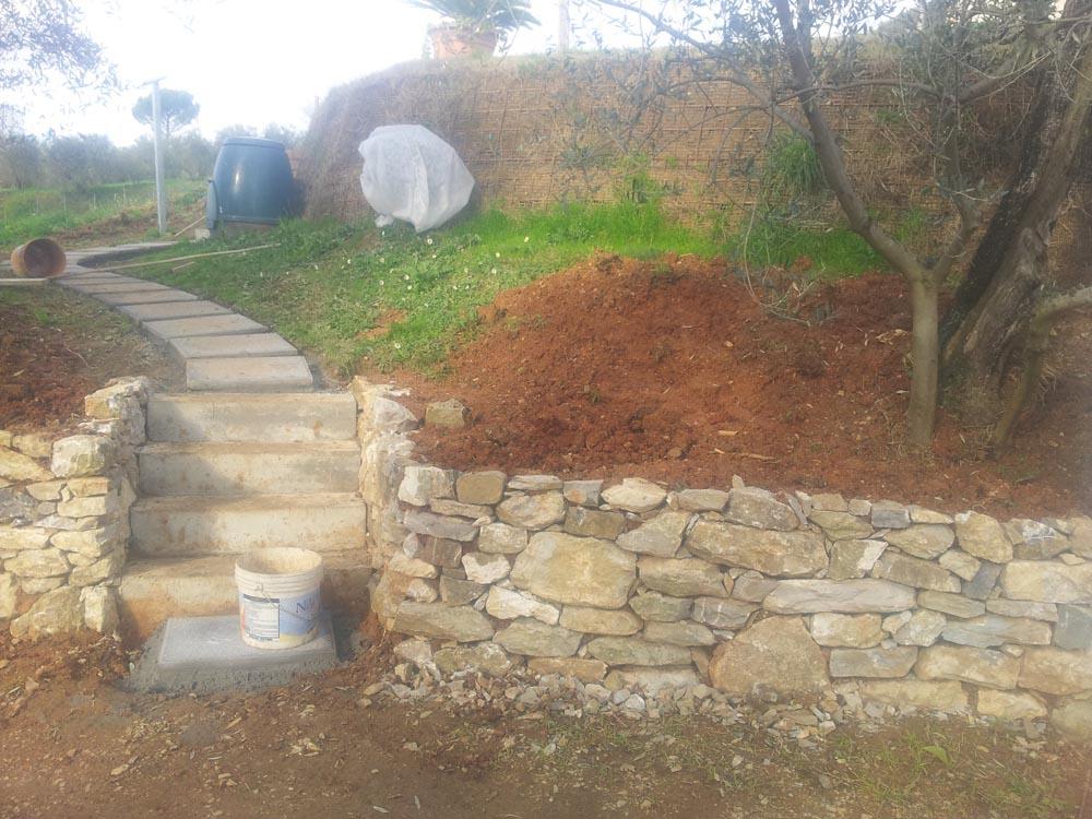Muretto e scalette in giardino