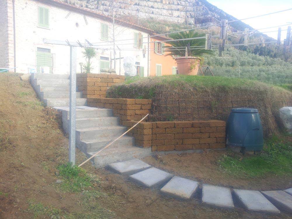Scalette, vialetto in giardino e muretti con il tufo
