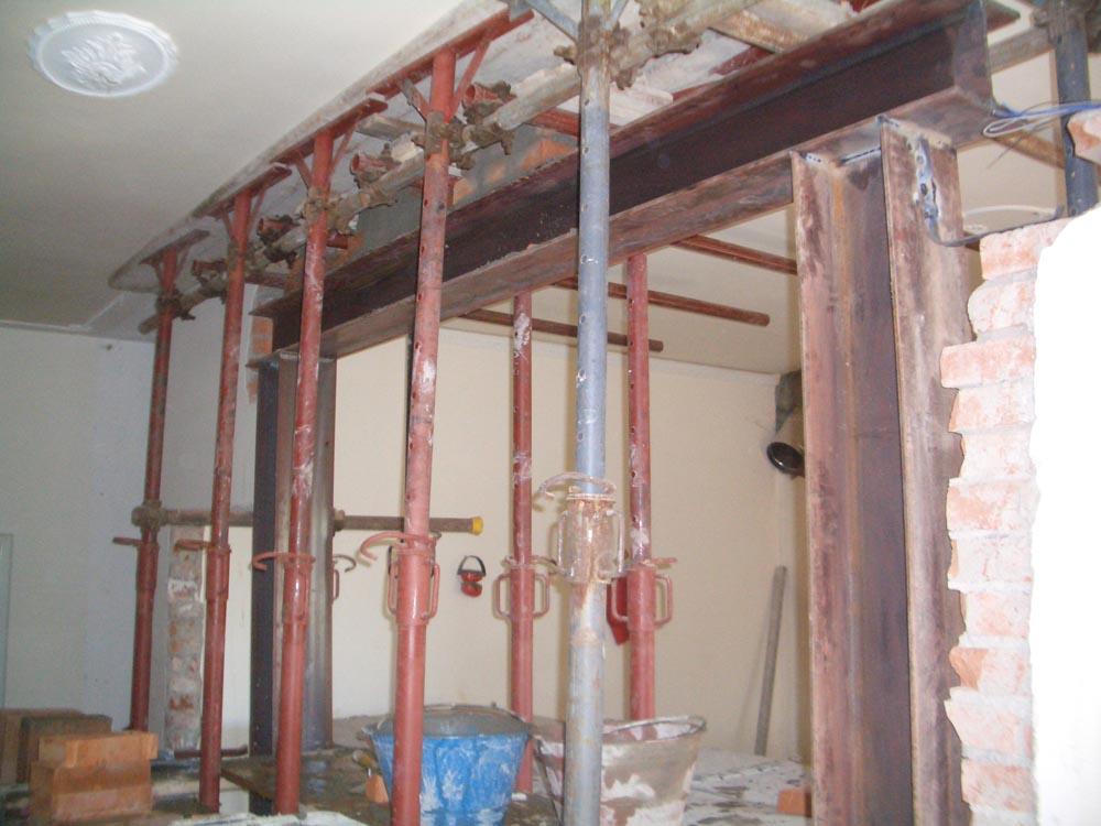 Lavori di cerchiatura con longarine per rimozione di parete portante