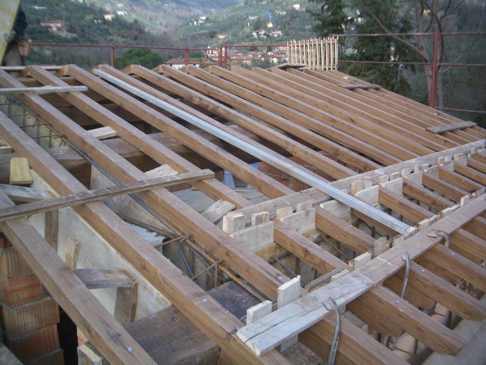 Orditura di travi e travetti in castagno per realizzazione tetto in legno