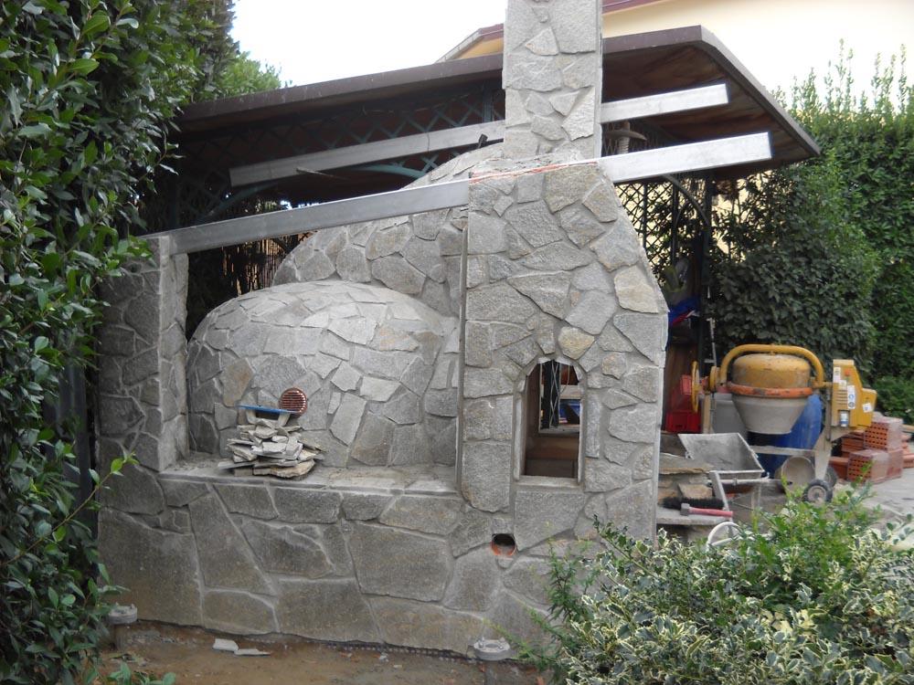 Forno e barbecue esterno con rivestimento in pietre